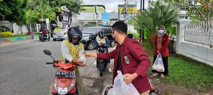 Pimpinan Cabang Ikatan Mahasiswa Muhammadiyah Kota Jambi adakan kegiatan bagi-bagi nasi bungkus