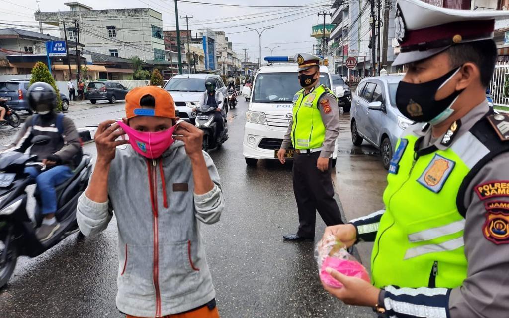 Satlantas Polresta Jambi Bagikan Puluhan Masker