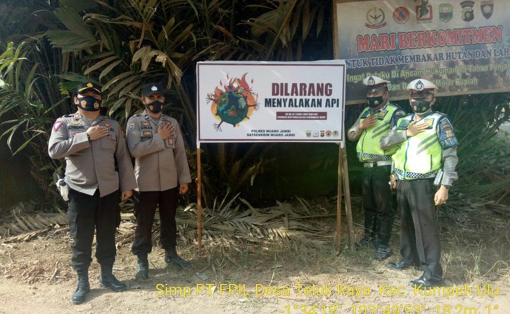 Tim satgas karhutla melakukan pemasangan himbauan kepada masyarakat untuk cegah kebakaran