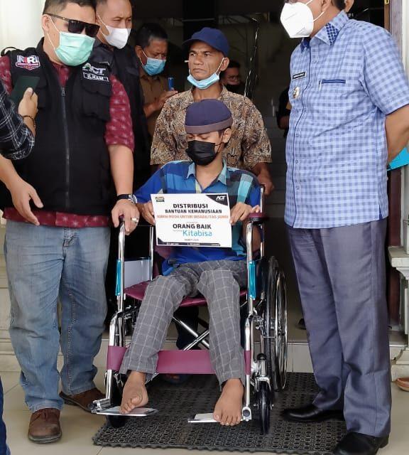 Bupati Anwar Sadat berikan Bantuan, Kepada Azwir Salah Seorang Penyandang Disabilitas