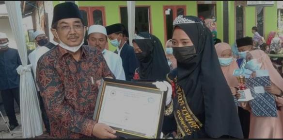 Di Temanin Istri Bupati Anwar Sadat , Hadiri Wisuda Di Khotamil Qur'an Ponpes Nurul Qur'an