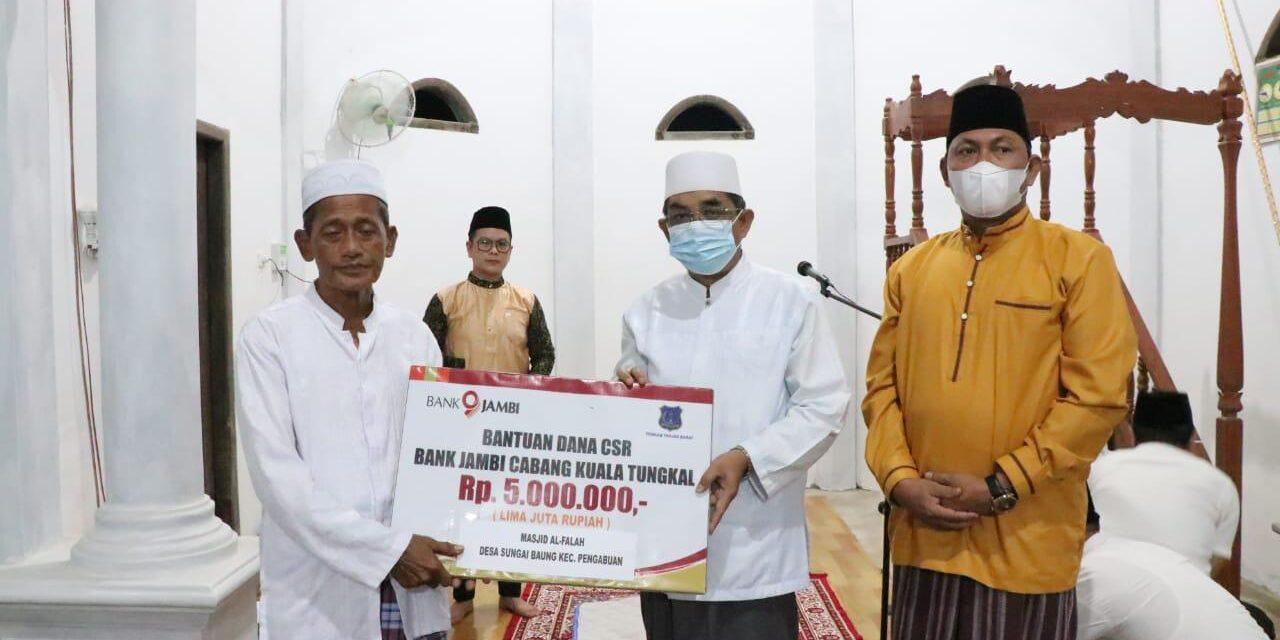 Bupati Tanjab barat didampingi Wabup Safari Ramadhan VIII Ke Masjid Al Falah Desa Sungai Baung Kecamatan Pengabuan