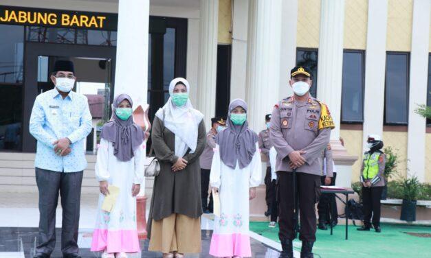 Kapolres Tanjab Barat Memberikan Penyerahan Hadiah Lomba Festival Dai Cilik Dan Arakan Sahur Online