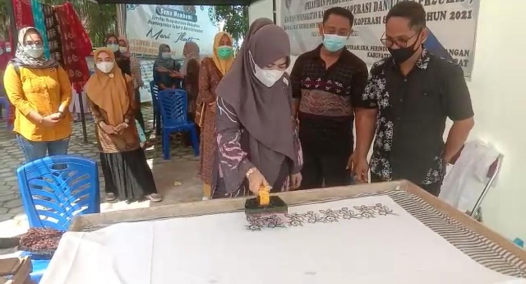 Ketua Dekranasda Hj Fadhilah Sadat Ajak Semua Elemen Kembangkan Batik Khas Tanjab Barat