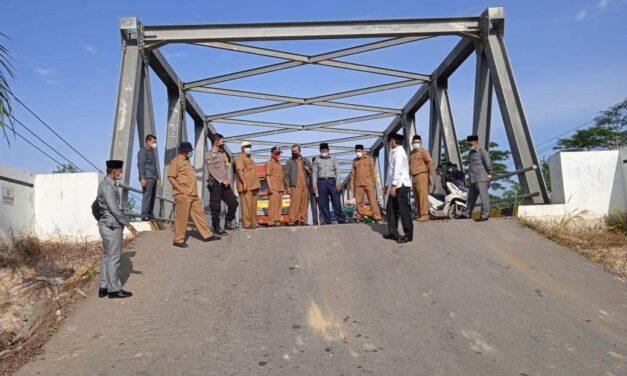 Bupati Bersama Wabup Tanjab barat Tinjau Kondisi Jembatan Sugeng