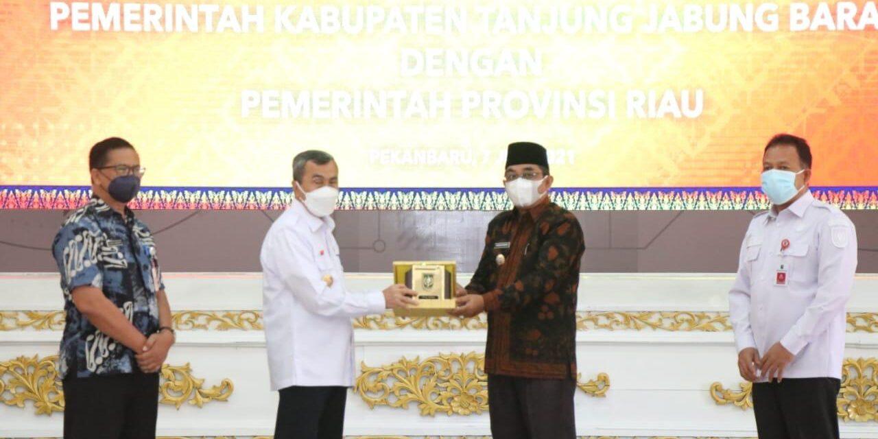 Bupati Tanjab barat Hadiri Penandatangan MOU Dengan Provinsi Riau