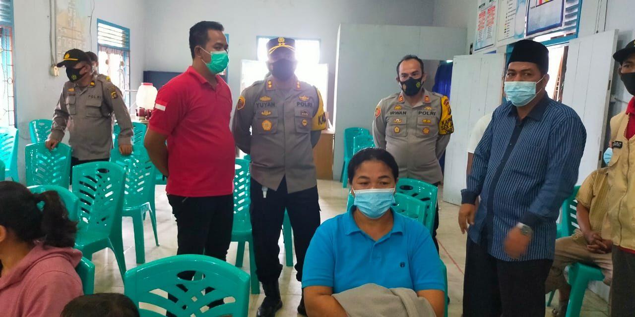 Kapolres Muaro Jambi AKBP Yuyan Priatmaja, S.I.K. M.H. Meninjau dan Melihat Langsung Pelaksanaan Vaksinasi Covid 19 Terhadap Warga Desa Mendalo Darat