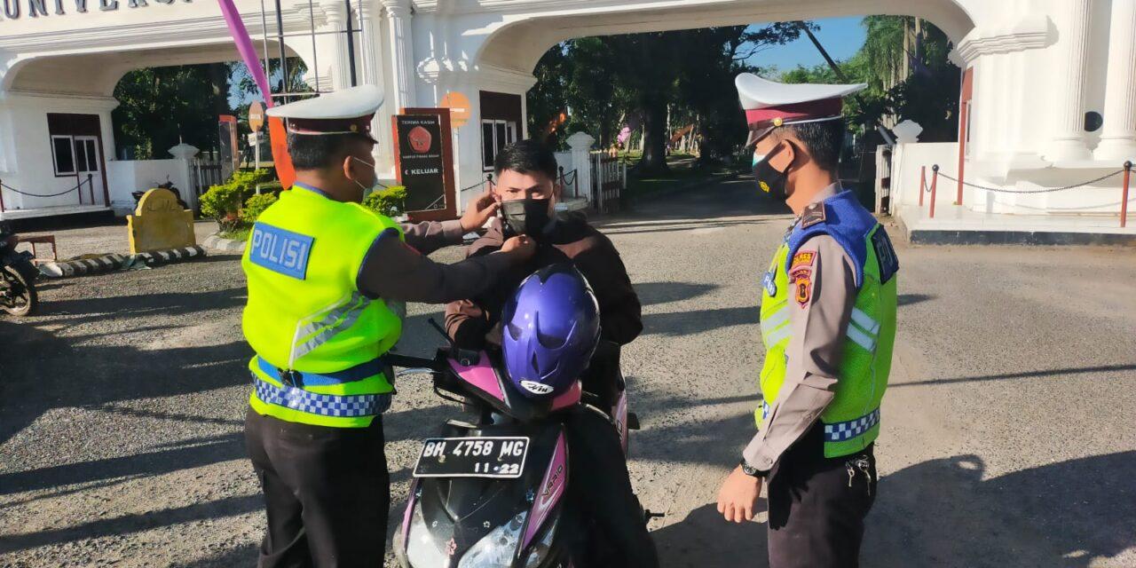 Personel Satlantas Polres muaro jambi Gencar Bagi Masker ke Pengguna Jalan di Masa PPKM