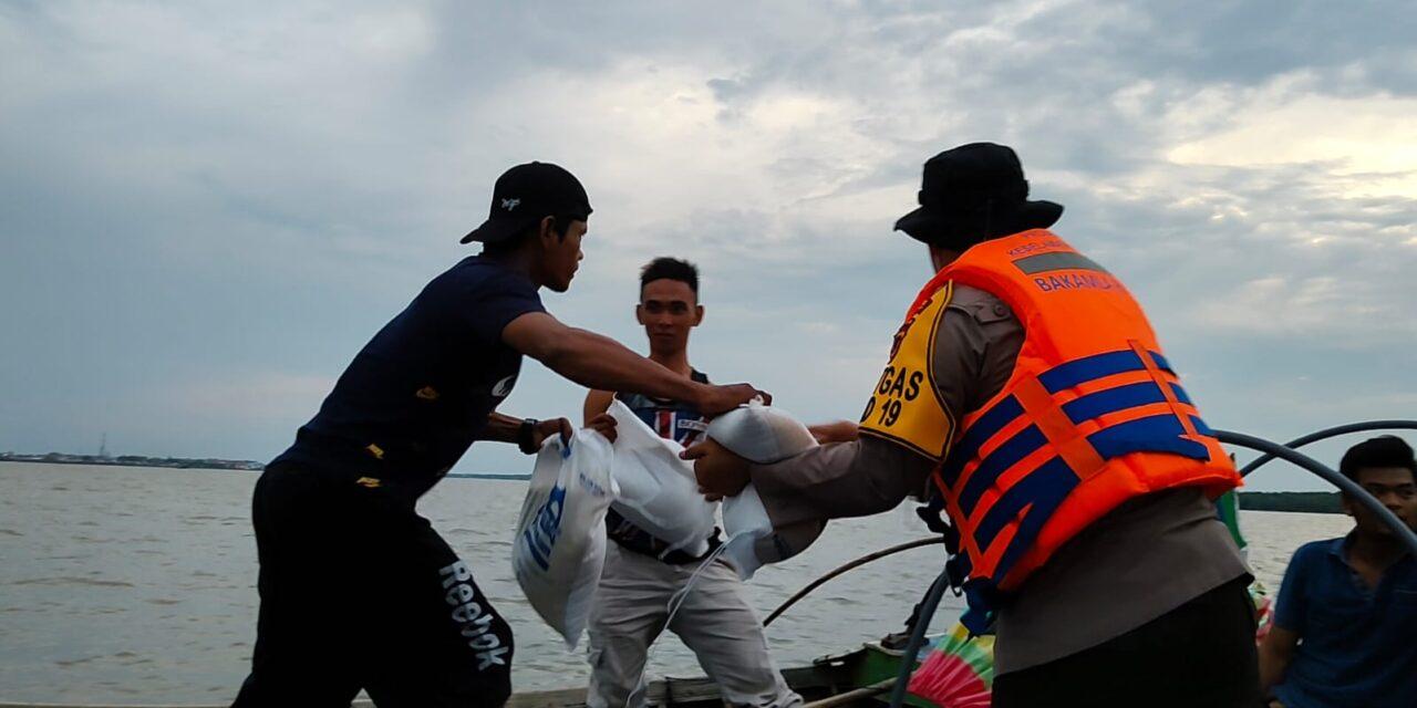 Menggunakan Pompong Apung Vaksinasi, Kapolres Tanjabbar Pimpin Pelaksanaan Bansos Kepada Nelayan