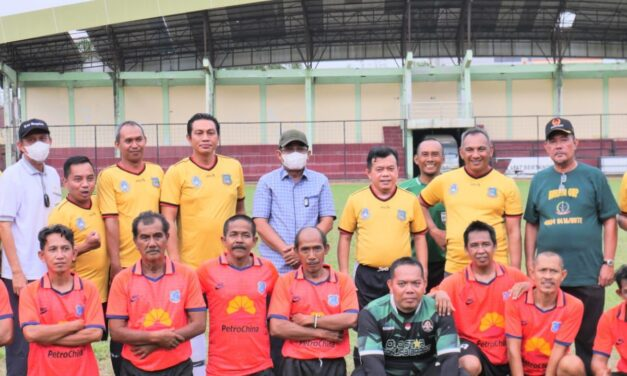 Bupati Tanjab Barat Dampingi Gubenur Jambi Dalam Pertandingan Sepak Bola Tanjab Barat